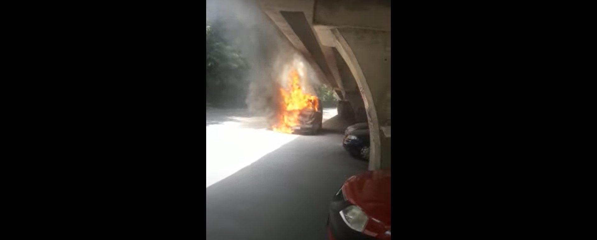 Incendiu pe roți în București. O mașină a ars complet sub podul Băneasa VIDEO