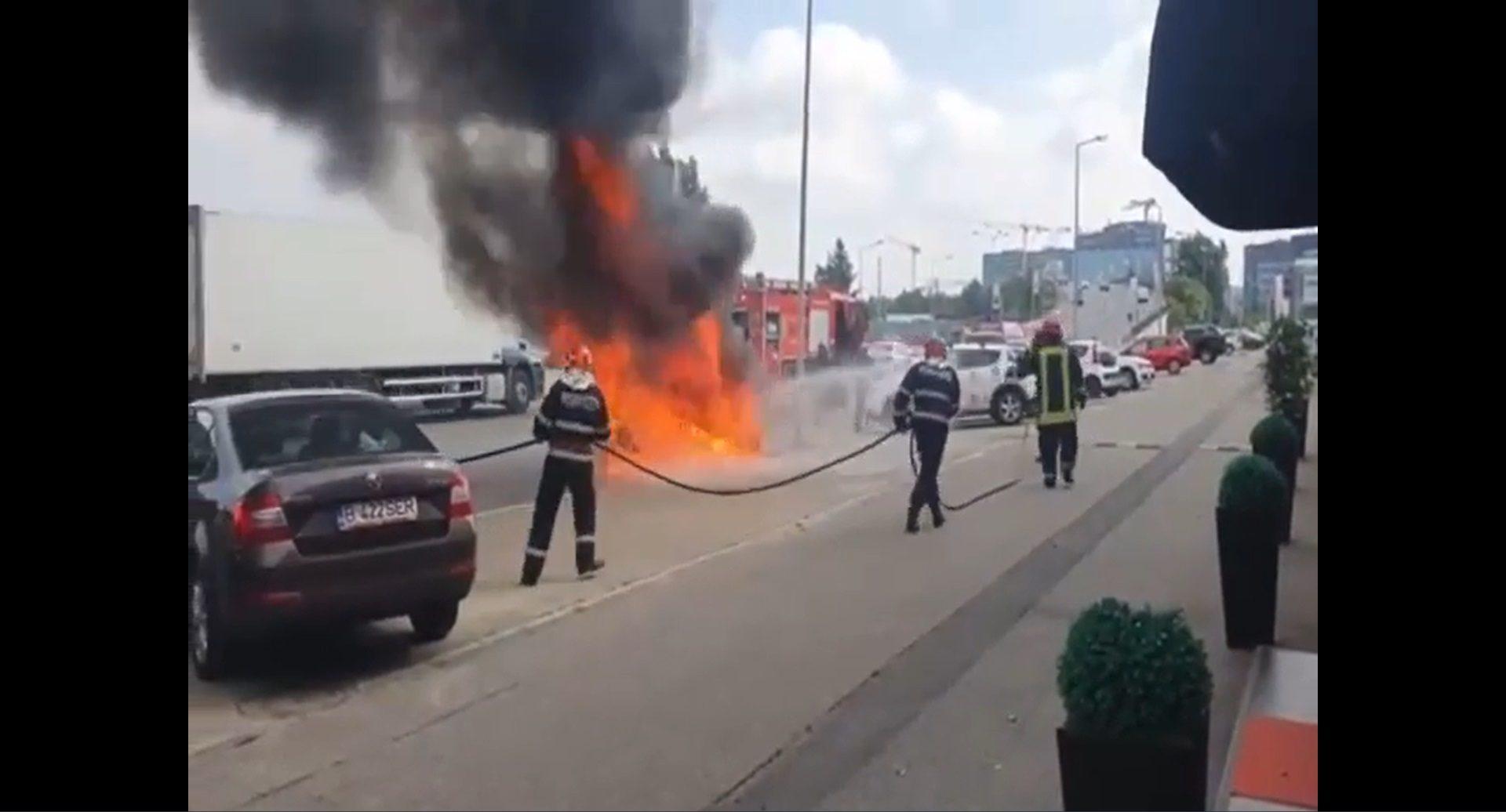 O mașină a luat foc în Pipera. Pompierii au intervenit la timp