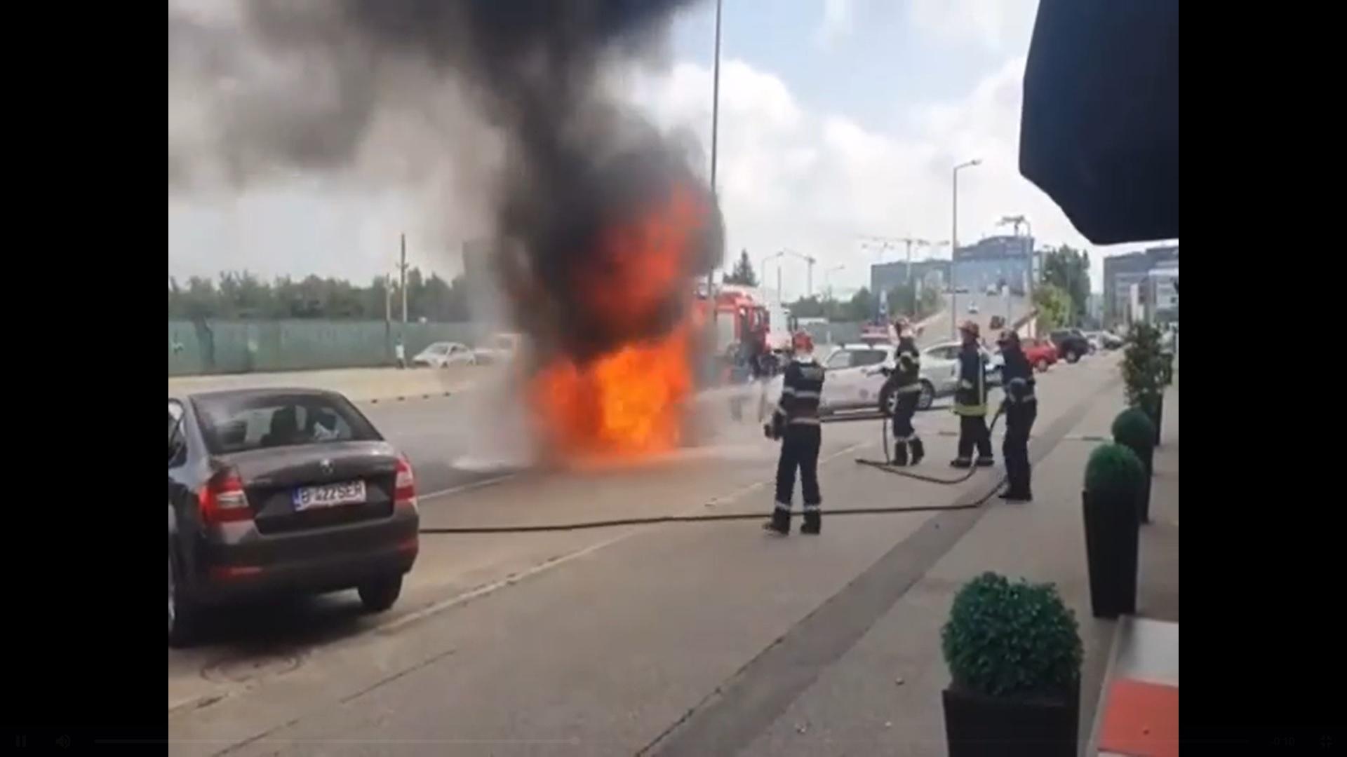 O mașină a luat foc în Pipera