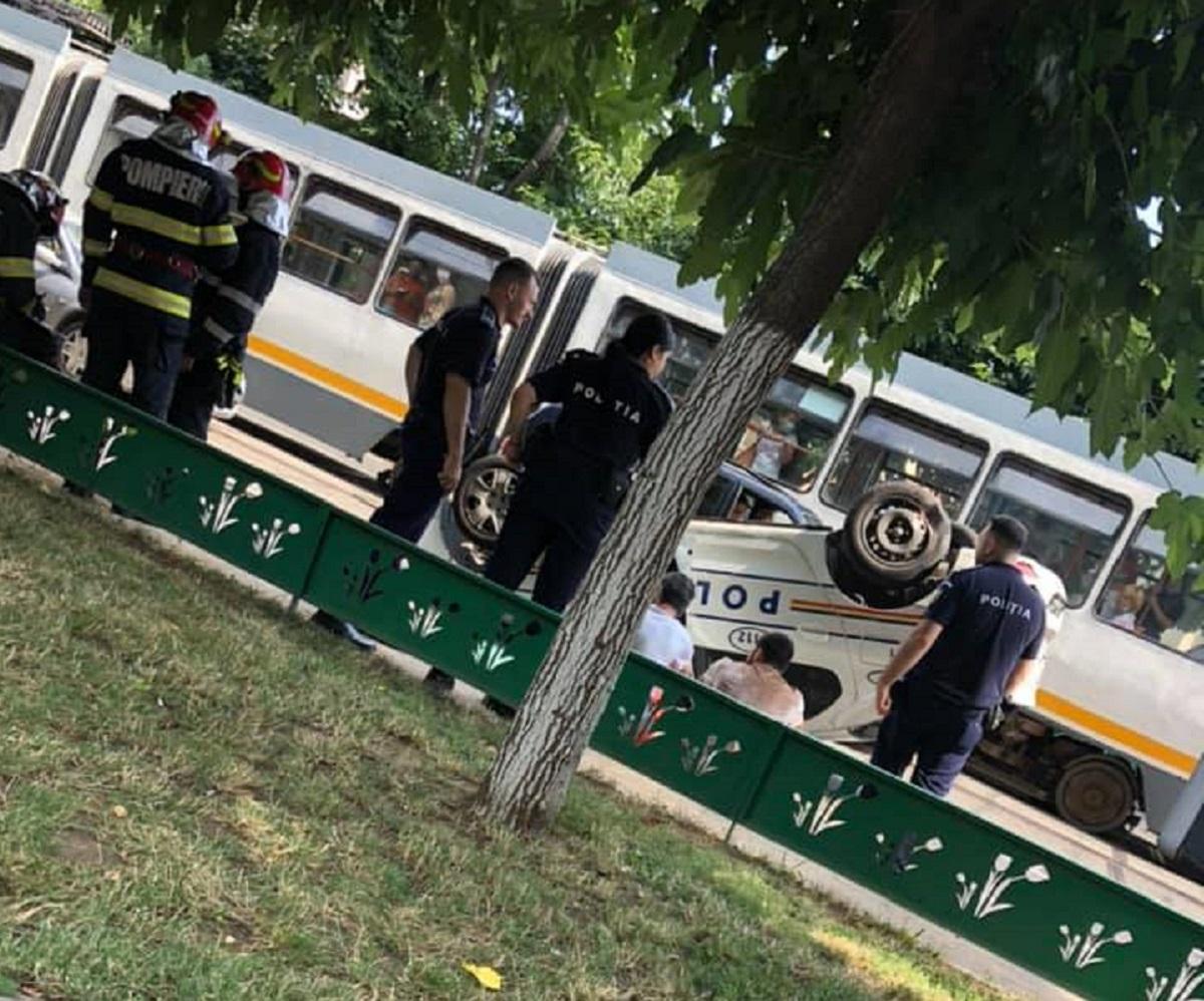 Accident în București. O mașină de poliție s-a răsturnat