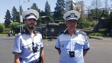 Photo of Polițiștii care au salvat ziua. Ei au oprit traficul în timp real în momentul în care elicopterul a aterizat forțat în Piața Charles de Gaulle din București FOTO