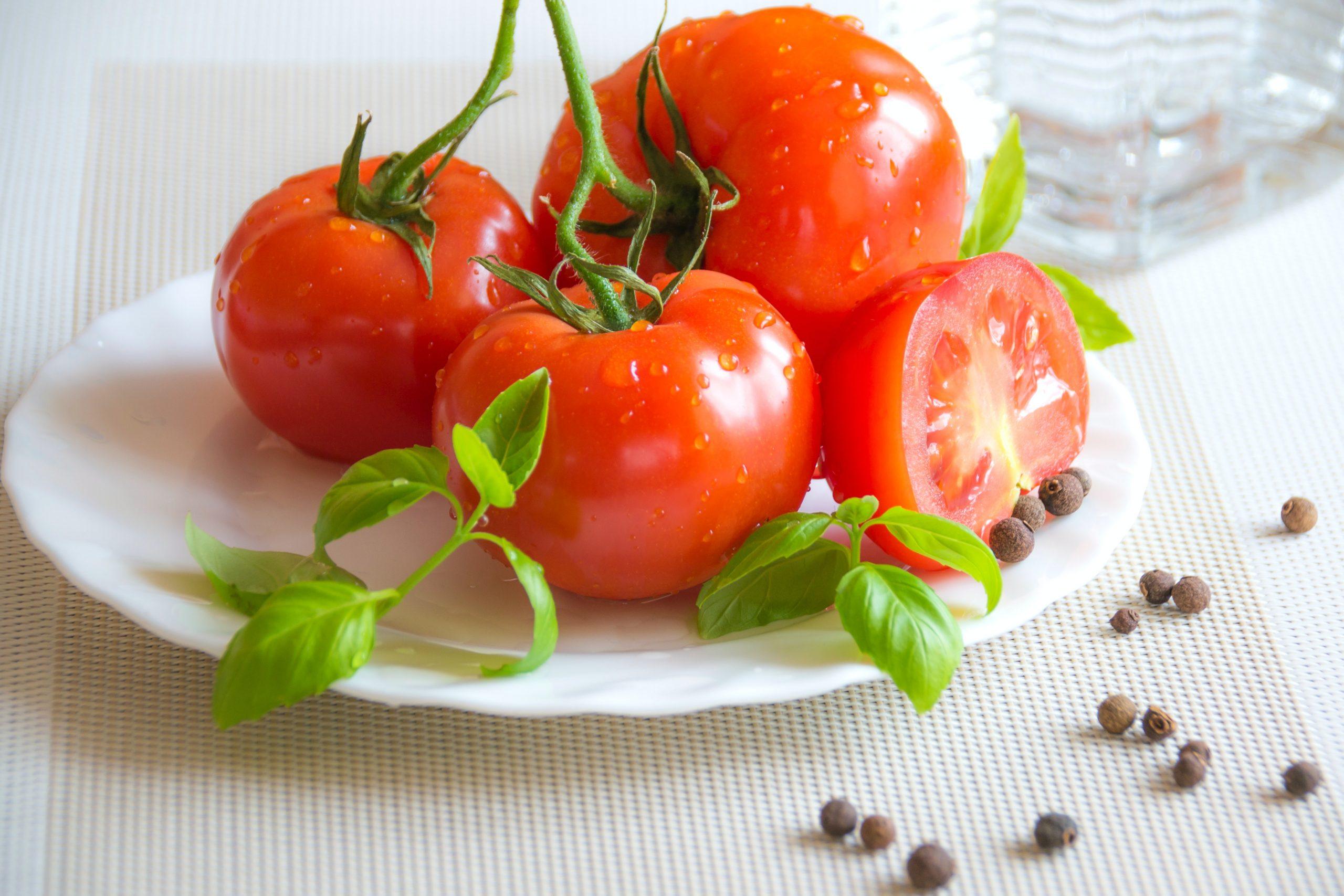 Și tu ai mâncat la prânz salată de roșii românească? Află că este mâncarea europeană de vară cu cele mai puține calorii