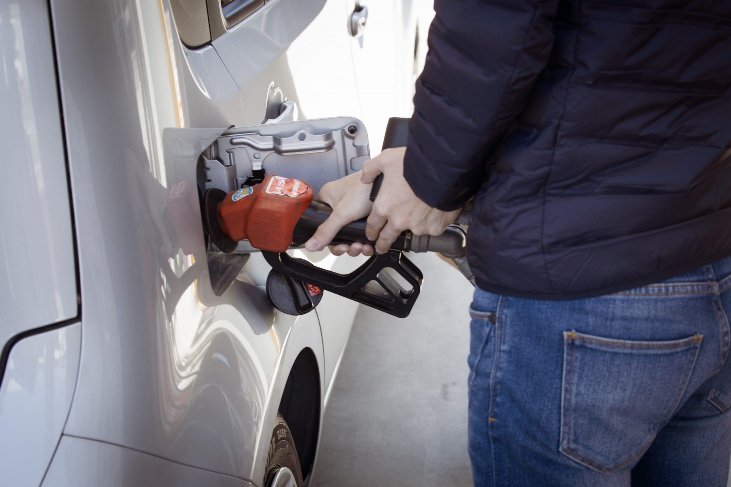 Câți litri de benzină poate cumpăra un român cu salariu mediu? Cât de scump e carburantul la noi și în ce țară din UE poți cumpăra 3.580 de litri de bezină din salariul mediu