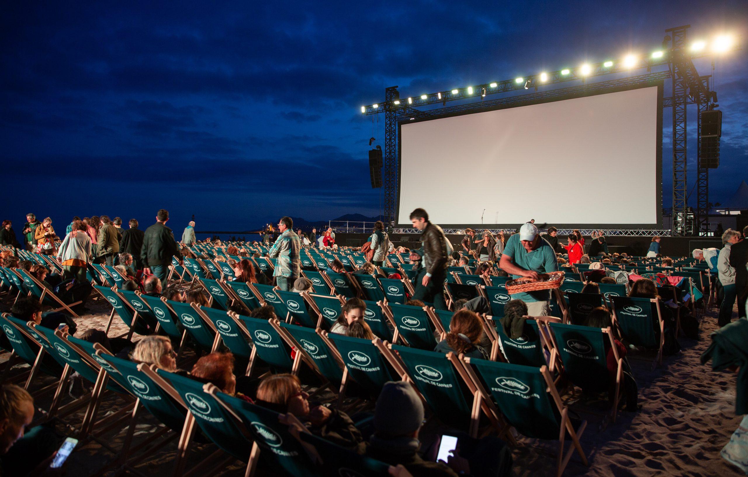 """Sunteți în București și aveți chef de un film bun? Haideți la """"Cinema sub stele"""", serile de film organizate în aer liber"""