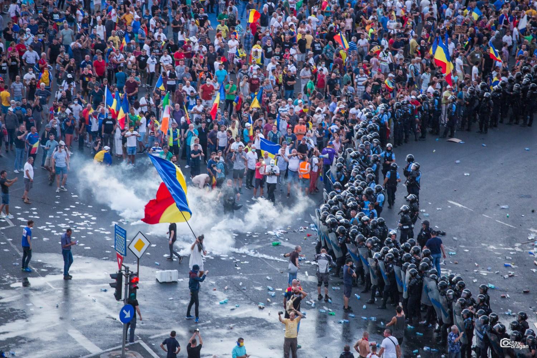 Seară de proteste în București, marți. Oamenii ies în stradă la trei ani de la incidentele violente din 10 august 2018 și cer rezolvarea dosarului