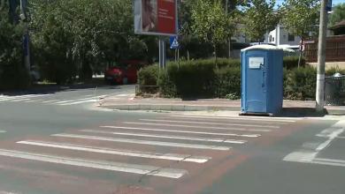Photo of O toaletă ecologică așteaptă la o trecere de pietoni din București de câteva zile. Oamenii au început să râdă, dar situația e delicată