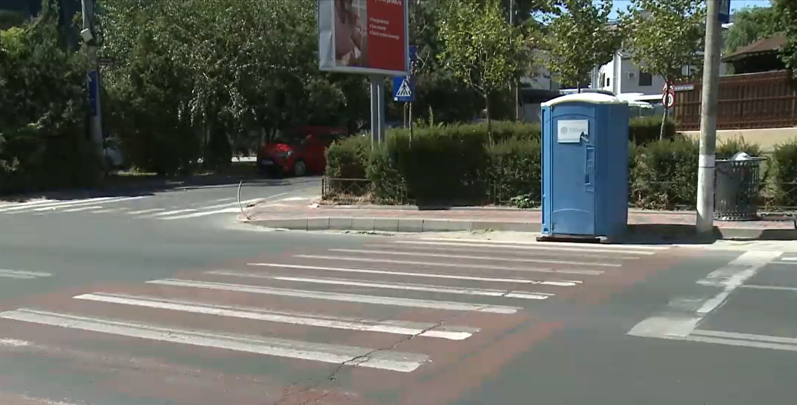 O toaletă ecologică așteaptă la o trecere de pietoni din București de câteva zile. Oamenii au început să râdă, dar situația e delicată