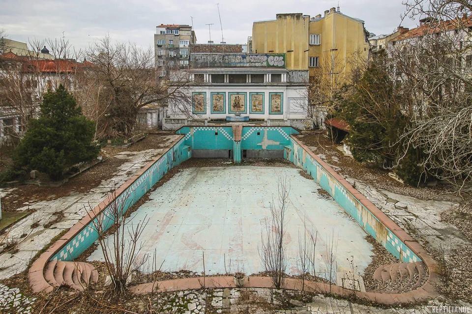 A crăpat piscina cu valuri în care înota Regele Mihai. E în centrul Bucureștiului și a fost prima piscină din Micul Paris și din România