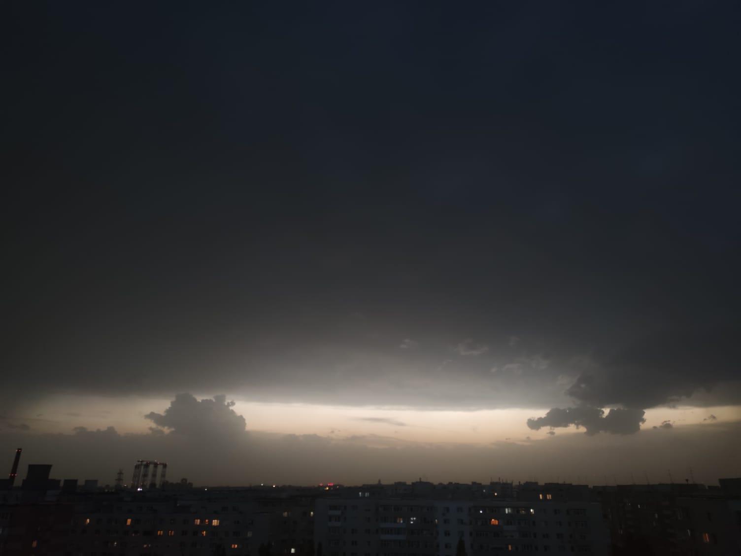 Furtună în București joi seară. Avertismentul ANM se adeverește. Cerul Capitalei s-a umplut de nori întunecați și fulgere | FOTO & VIDEO