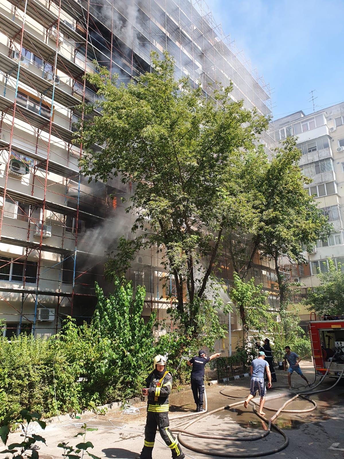 Incendiu uriaș în București la un bloc reabilitat termic! 10 autospeciale intervin de urgență | FOTO