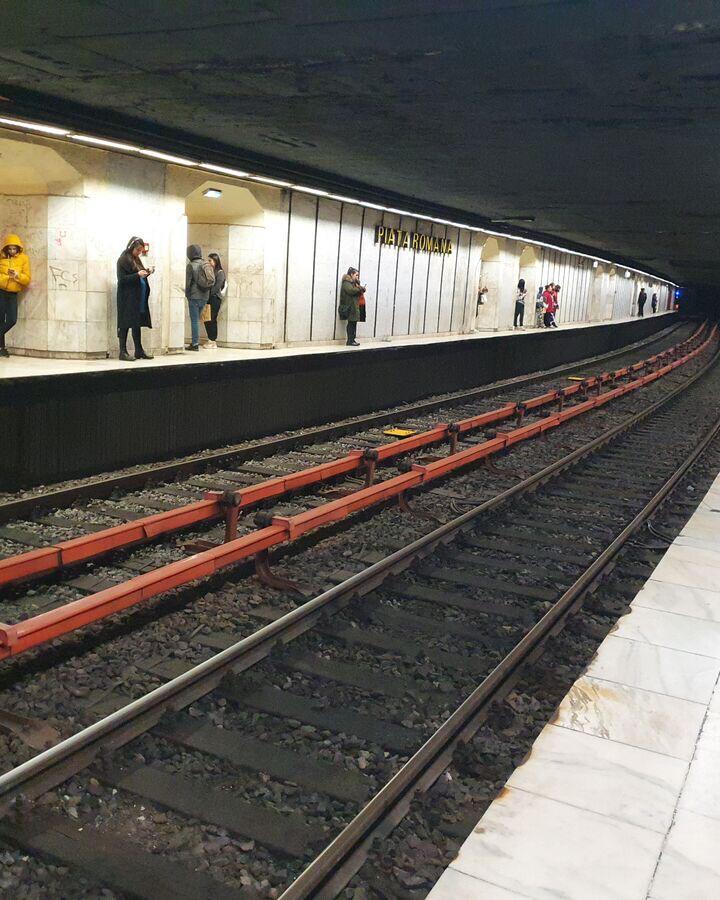 """Atenție, se închid ușile! De ce este atât de bizară și de periculoasă stația de metrou din Piața Romană, zisă și """"stația sinucigașilor"""""""