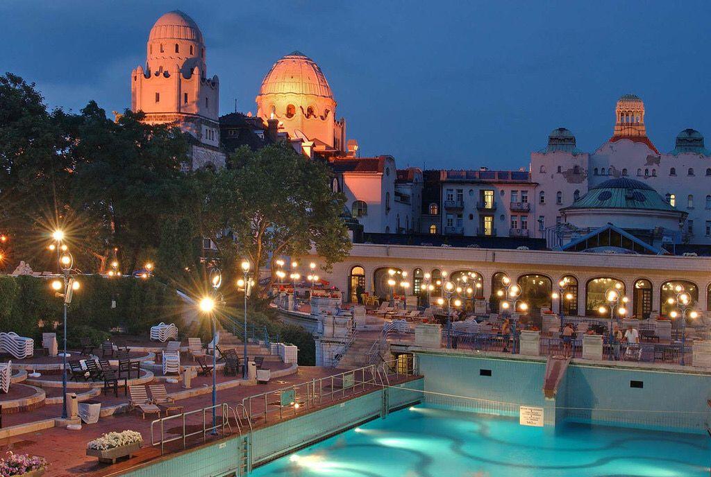 Părăginita piscină cu valuri de la Lido din București are o soră geamănă și vie la Budapesta. A noastră e crăpată, a ungurilor e minunată