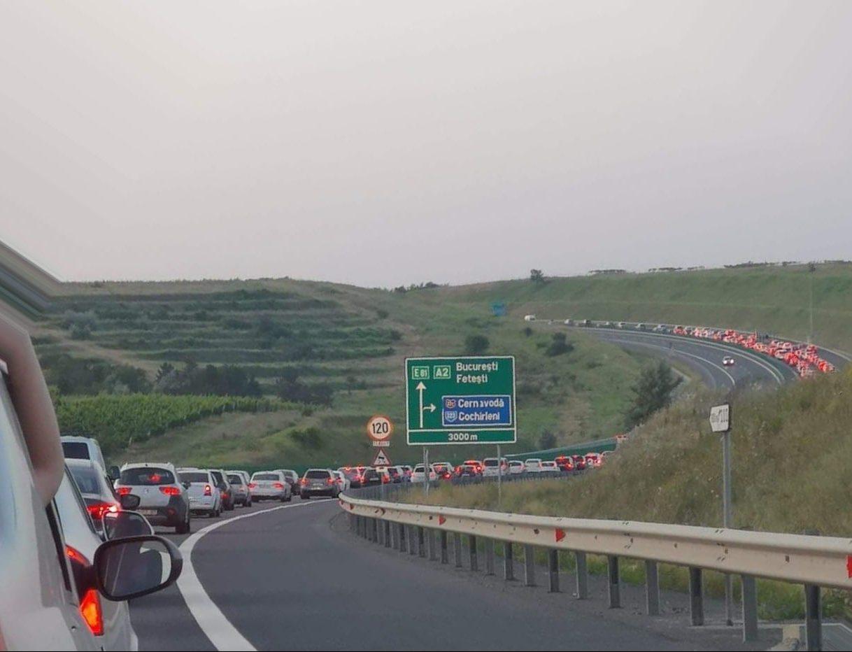 Aglomerație uriașă pe A2 spre București. O bandă de circulație a fost blocată după ce un pieton a încercat să traverseze autostrada