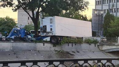 Photo of Accident grav în București. Un șofer de TIR a pierdut controlul și a fost la un pas să cadă în Dâmbovița