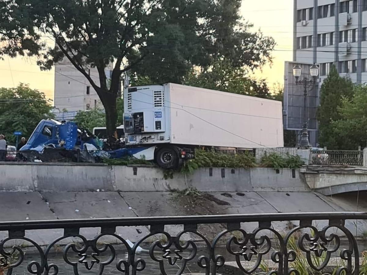 Accident grav în București. Un șofer de TIR a pierdut controlul și a fost la un pas să cadă în Dâmbovița