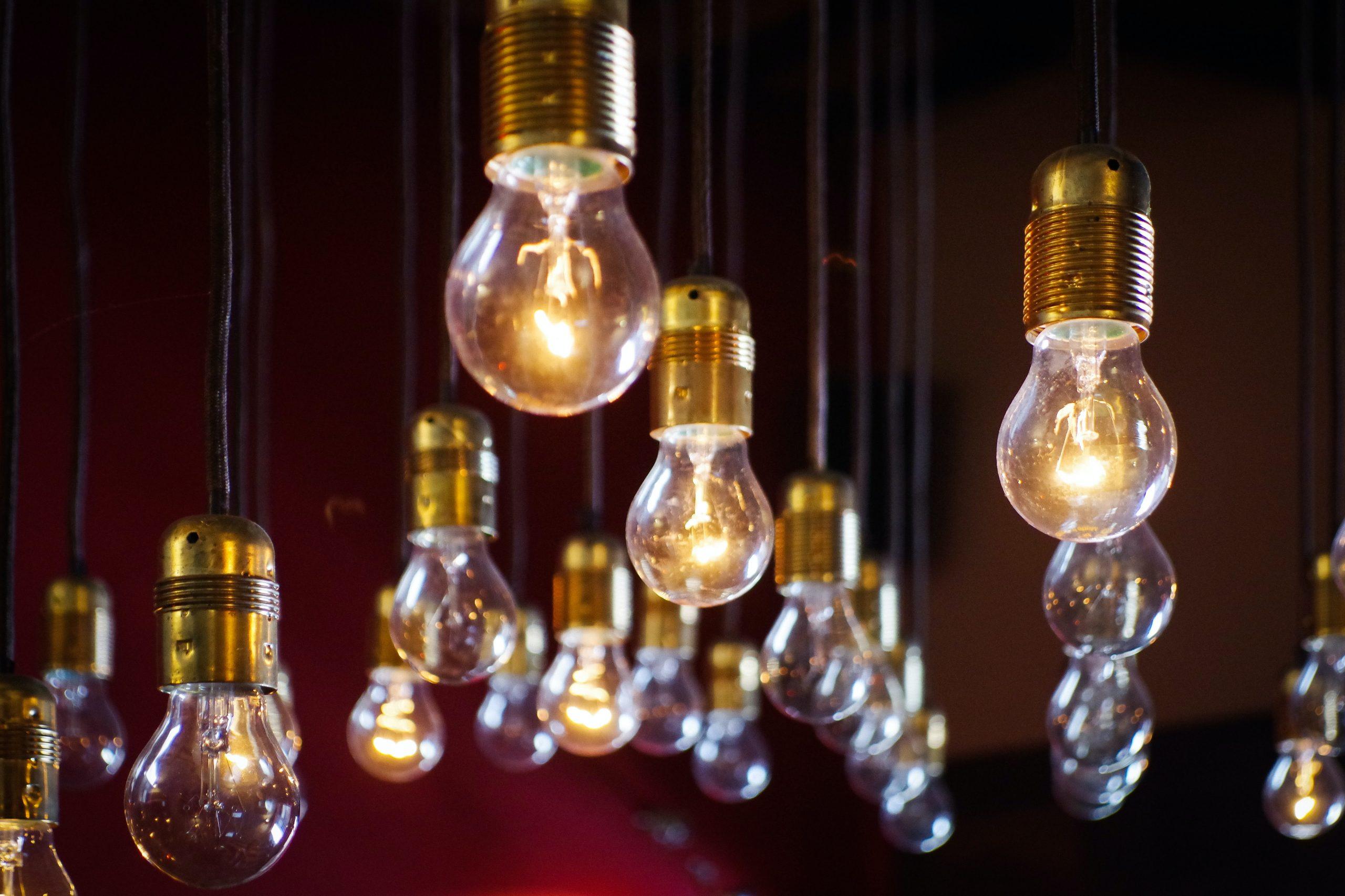 Facturile la electricitate ale românilor cu venituri sau consum mediu vor fi compensate de Guvern, spune Ministrul Energiei