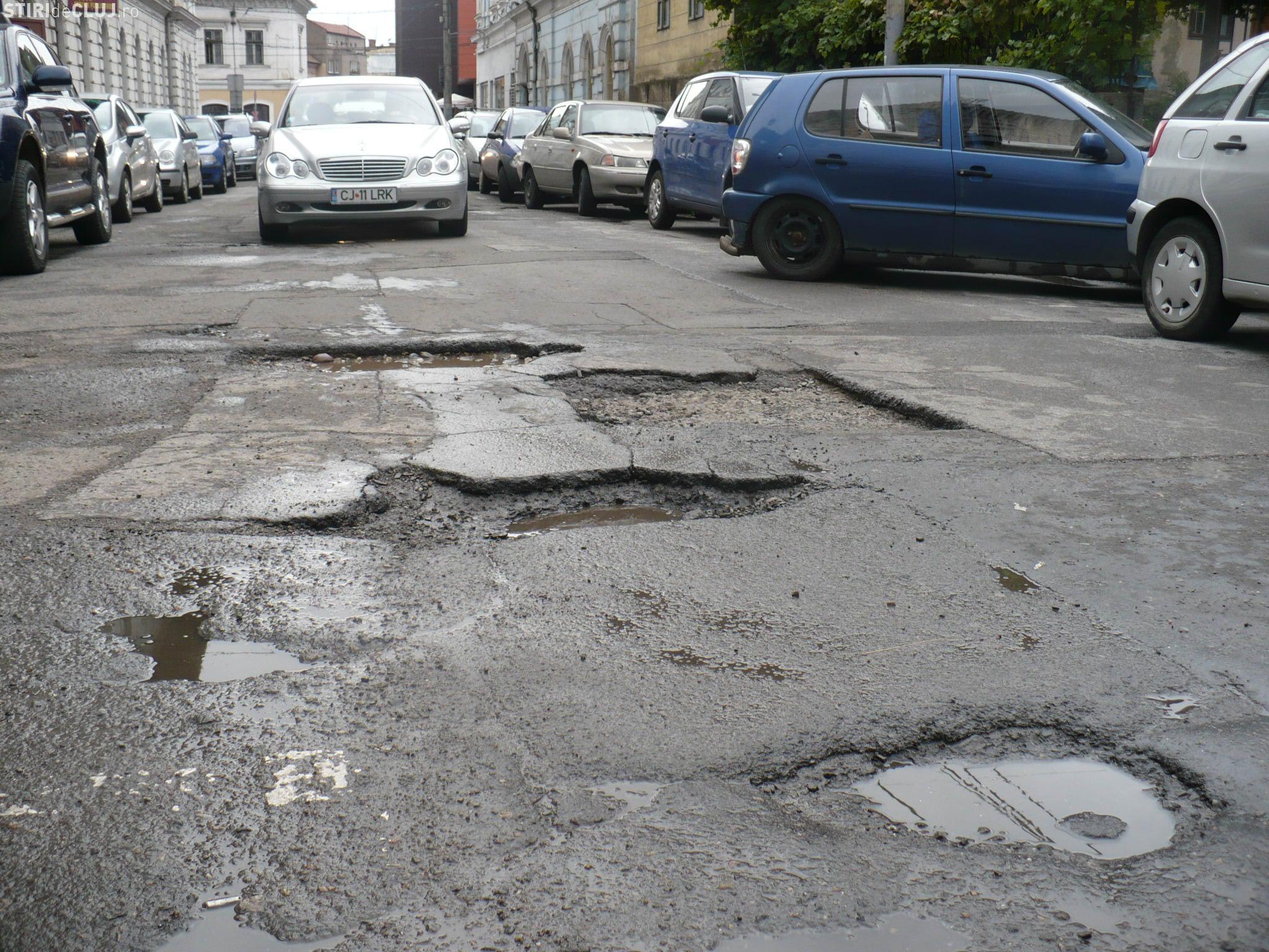 Primăria Capitalei anunță că repară străzi de câteva zile. Spune că a astupat deja niște gropi, a marcat străzi și a reglat semafoare. Groapa voastră mai e?