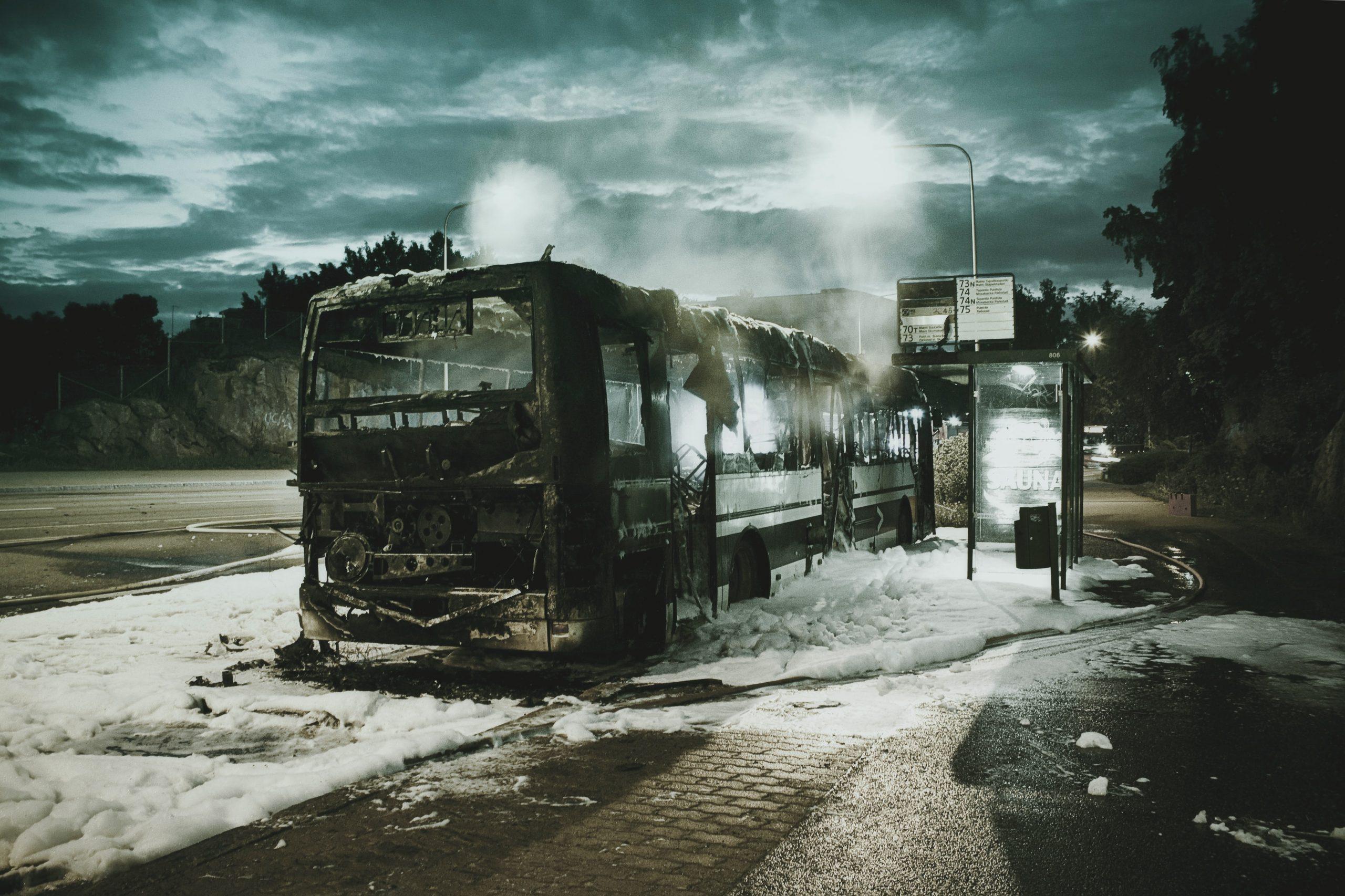 Un microbuz plin cu pasageri a luat foc la mică distanță de București. Traficul pe DN4 a fost îngreunat | VIDEO
