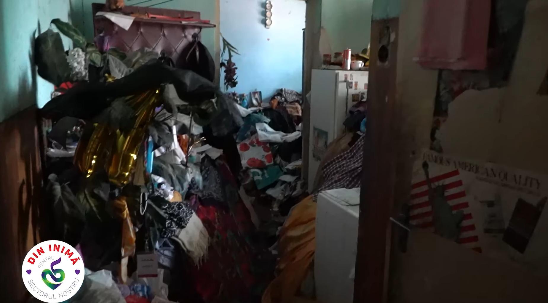 Igienizare de urgență într-un apartament din S5. 38 de metri cubi de gunoi adunați: Nu criticați! Nimeni nu știe unde-l duce viața, soarta, boala... (VIDEO)