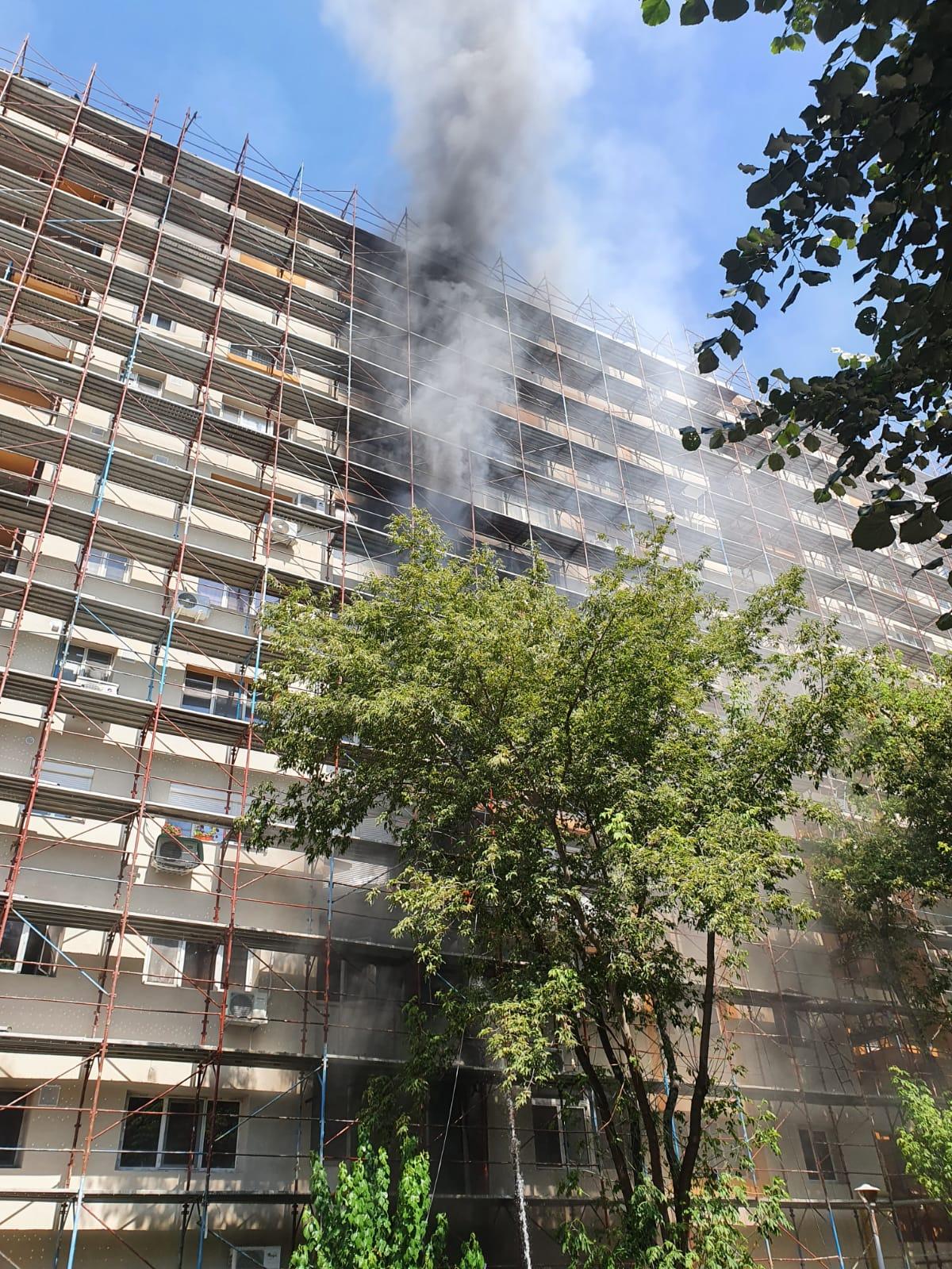 Incendiu uriaș în București la un bloc reabilitat termic! 10 autospeciale intervin de urgență | FOTO & VIDEO UPDATE