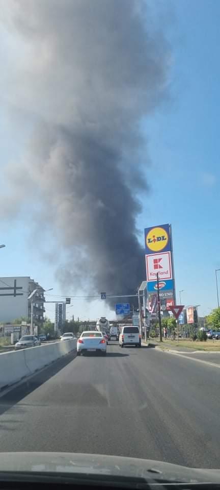 BREAKING NEWS | Incendiu violent în zona Mogoșoaia. Intervin 24 de autospeciale, fumul se vede la sute de metri distanță | FOTO & VIDEO UPDATE