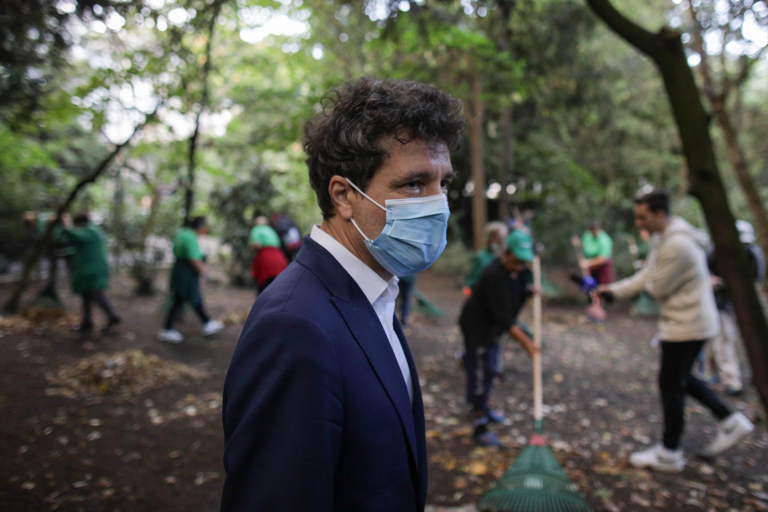 Nicușor Dan și cei 40 de ALPAB-iști fac curățenie în Parcul Cișmigiu dis-de-dimineață. Primarul pregătește un test și ar putea externaliza curățenia în parcurile Capitalei