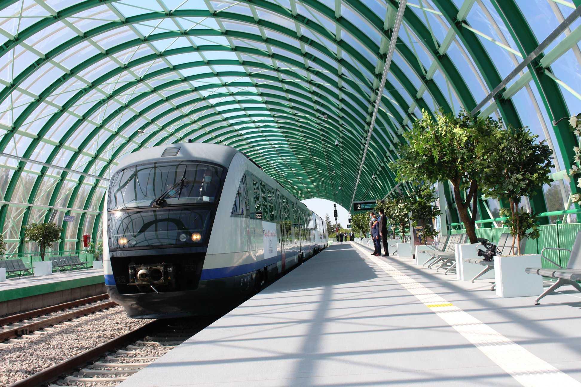 Călătoria cu trenul către Aeroportul Otopeni va putea fi plătită cu cardul. Cât costă un bilet și care sunt pașii ce trebuie urmați