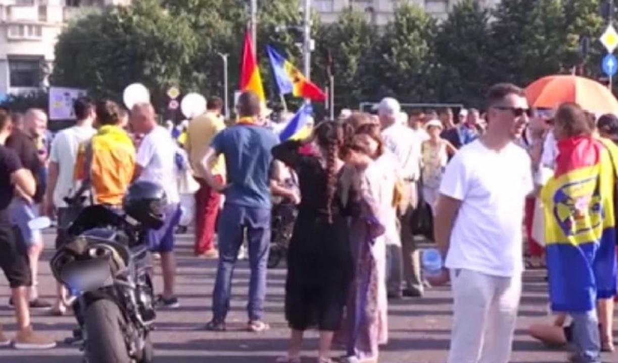Protest în Piața Victoriei din București. 200 de anti-vacciniști cer demisia Guvernului