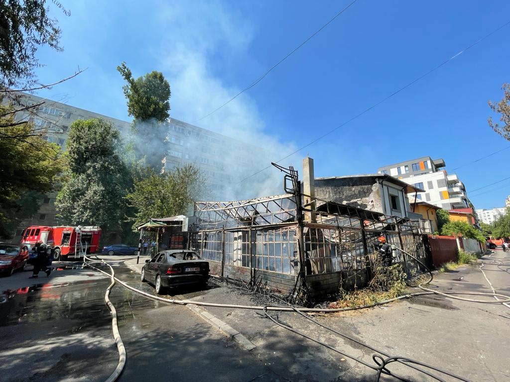 BREAKING   Incendiu violent la terasa unui restaurant din Sectorul 3 al Capitalei. 7 echipaje de pompieri se luptă cu flăcările FOTO & VIDEO