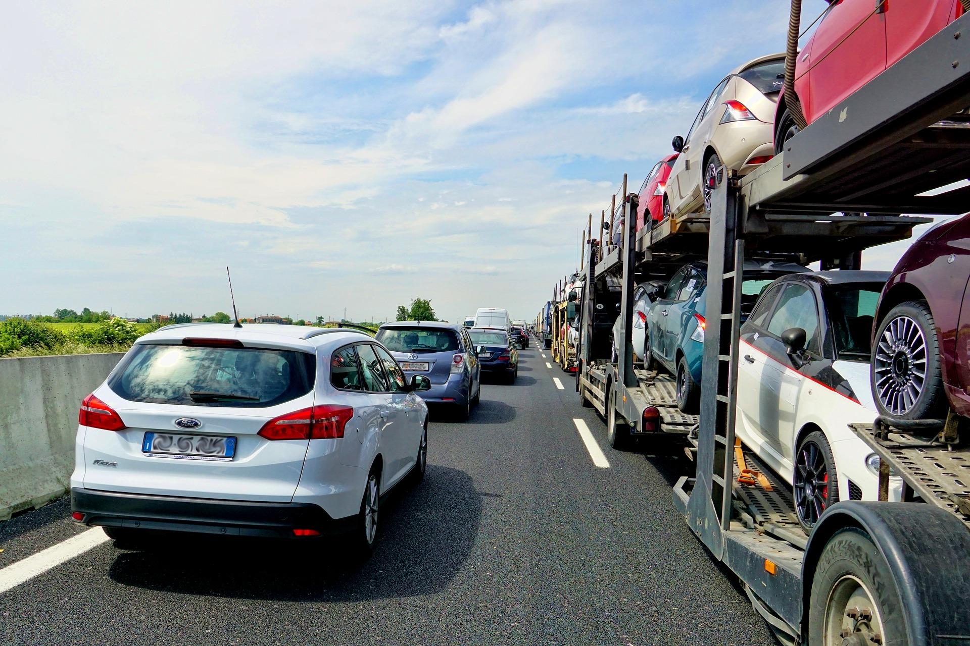 Se stă pe loc pe Valea Prahovei: mașinile au format coloane pe ambele sensuri. Ce rute alternative puteți alege spre București