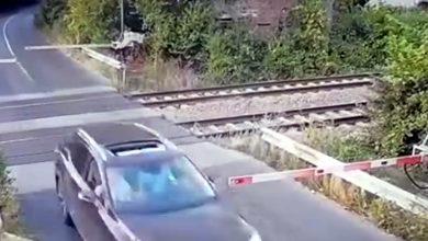Photo of Șoferul teribilist, care a rupt barierele de tren de la Brănești, a fost reținut. Câțiva kilometri mai încolo s-a răsturnat cu mașină | VIDEO