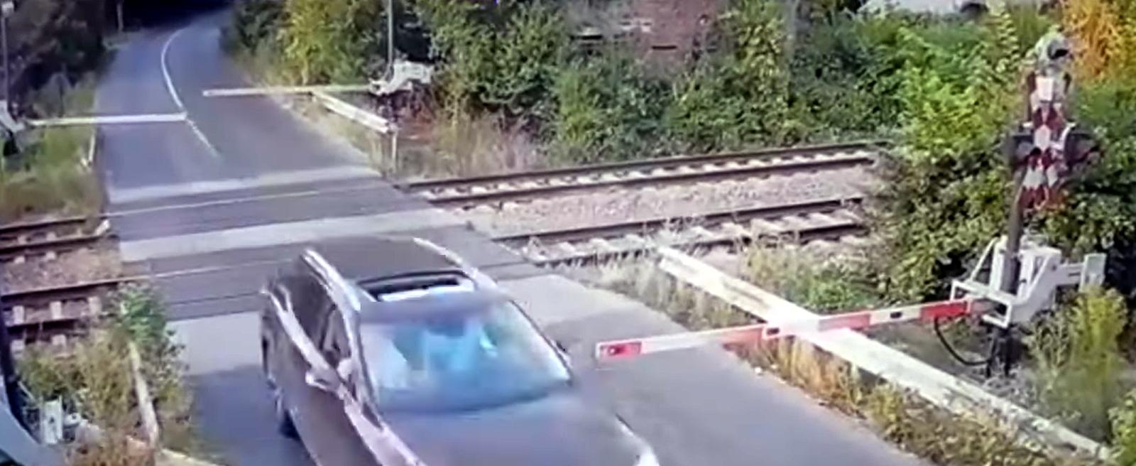 Noi detalii în cazul șoferului reținut după ce a rupt barierele de tren de la Brănești. Câțiva kilometri mai încolo s-a răsturnat cu mașină   VIDEO