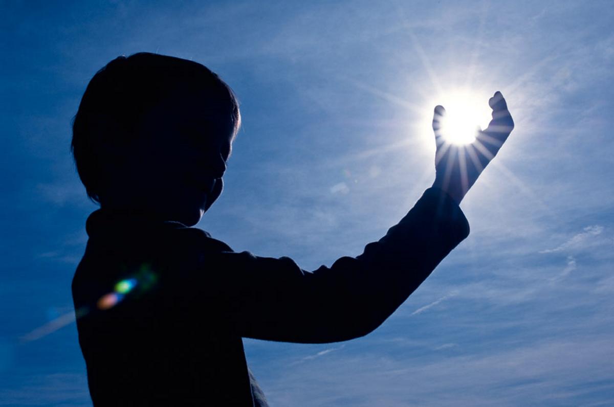 Cum protejăm pielea copiilor de razele UV și unde mergem cu ei în concediu. Un medic a explicat cât de periculos este soarele