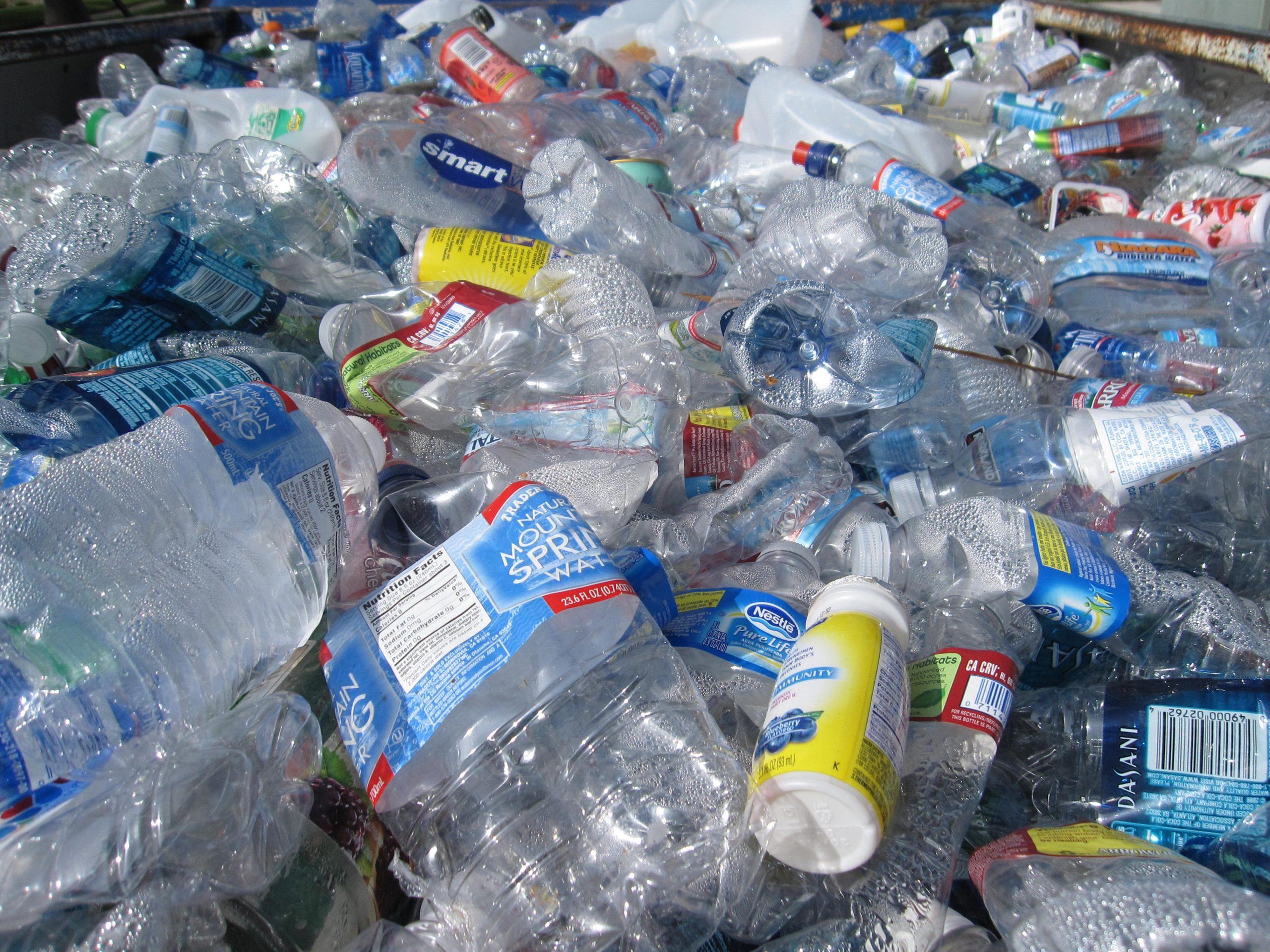Pericolul neștiut din apa plată îmbuteliată. Este de 3.500 de ori mai periculoasă pentru mediu decât apa de la robinet   STUDIU