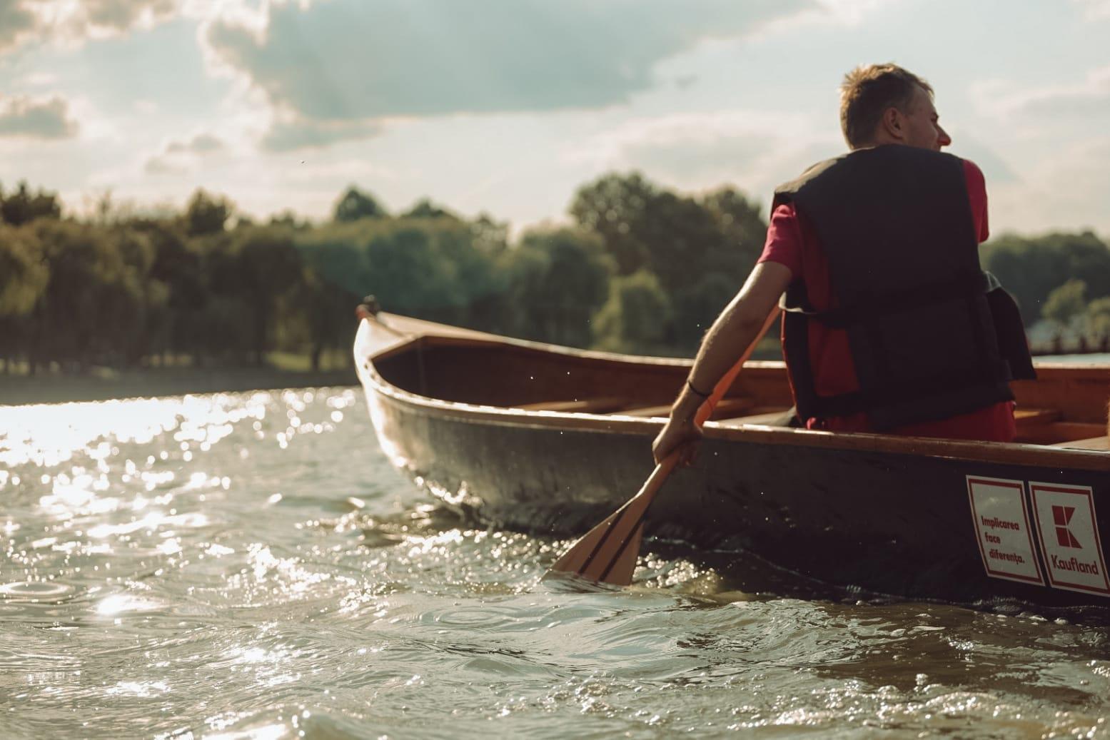 Bucureșteni, Dâmbovița prinde viață! 5 pontoane vor pluti pe râu în acest weekend. Plimbări cu canotca, ambarcațiunea inventată de Ivan Patzaichin