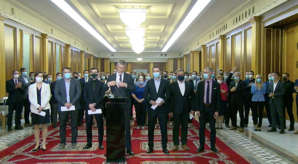 BREAKING   Miniștrii USR PLUS au demisionat. S-au aplaudat și s-au pozat tip selfie. Urmează bilanțuri la Palatul Victoria