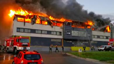 Photo of Incendiu violent în al doilea oraș din țară, după București. A izbucnit la o hală din Cluj Napoca, iar oamenii sunt rugați să nu iasă din case și să închidă geamurile