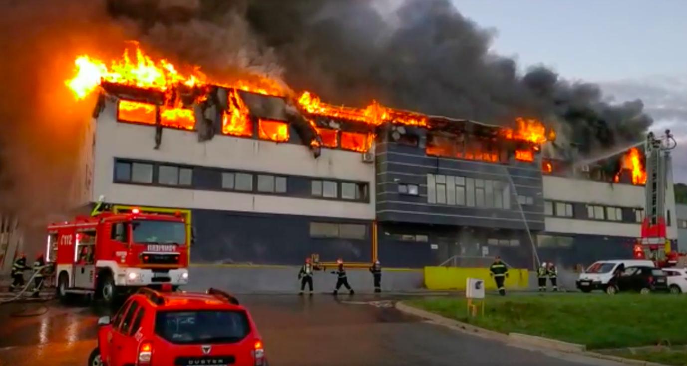 Incendiu violent în al doilea oraș din țară, după București. A izbucnit la o hală din Cluj Napoca, iar oamenii sunt rugați să nu iasă din case și să închidă geamurile