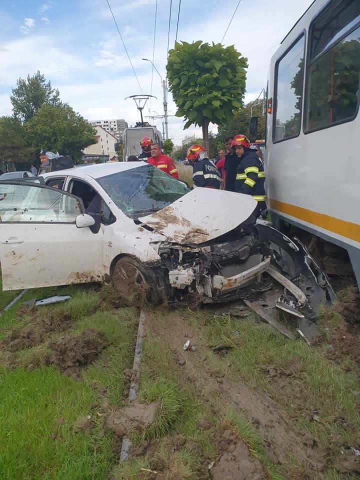 Accident grav în Capitală. Un tramvai și o mașină s-au ciocnit violent în Sectorul 6. Șoferița a rămas încarcerată | FOTO