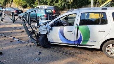 Photo of Accident pe Calea Văcărești. O mașină a spulberat gardul și a ajuns pe șina de tramvai | FOTO