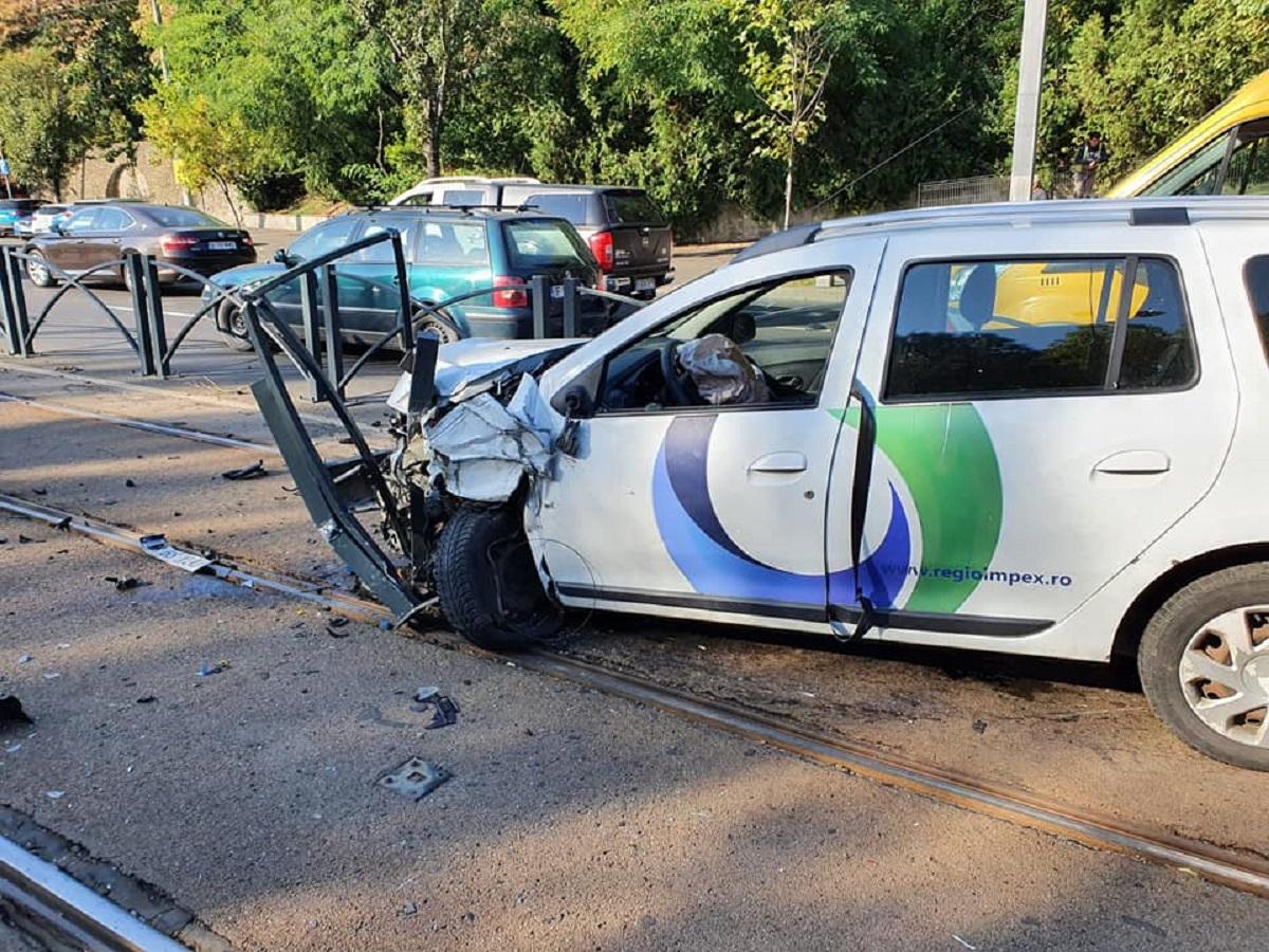 Accident pe Calea Văcărești. O mașină a spulberat gardul și a ajuns pe șina de tramvai | FOTO