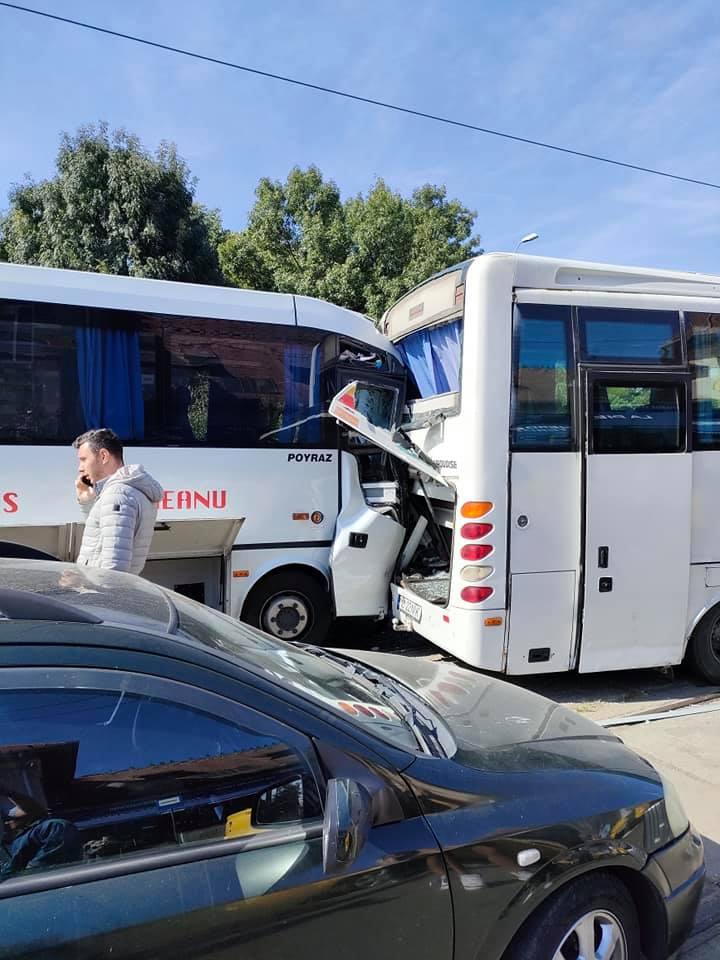 Accident în fața Gării Obor din București. Două microbuze s-au ciocnit după ce unuia dintre șoferi i s-a făcut rău la volan