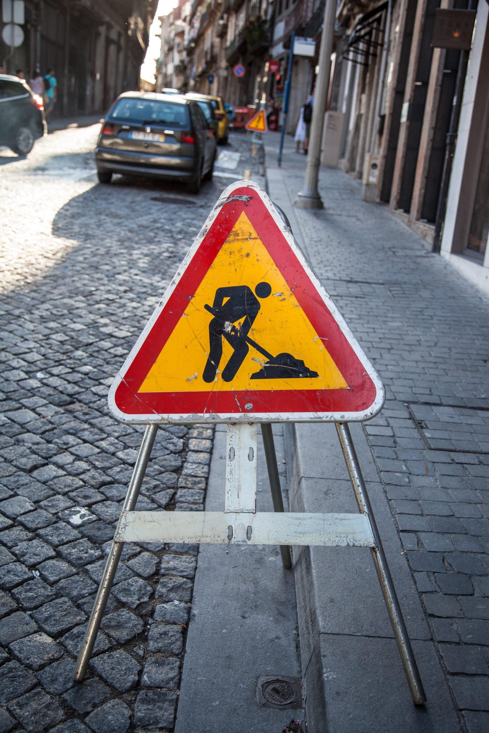 Primăria Capitalei continuă lucrările de reparații pe străzile Bucureștiului. Mai mult, au fost realizate marcaje și semne rutiere noi