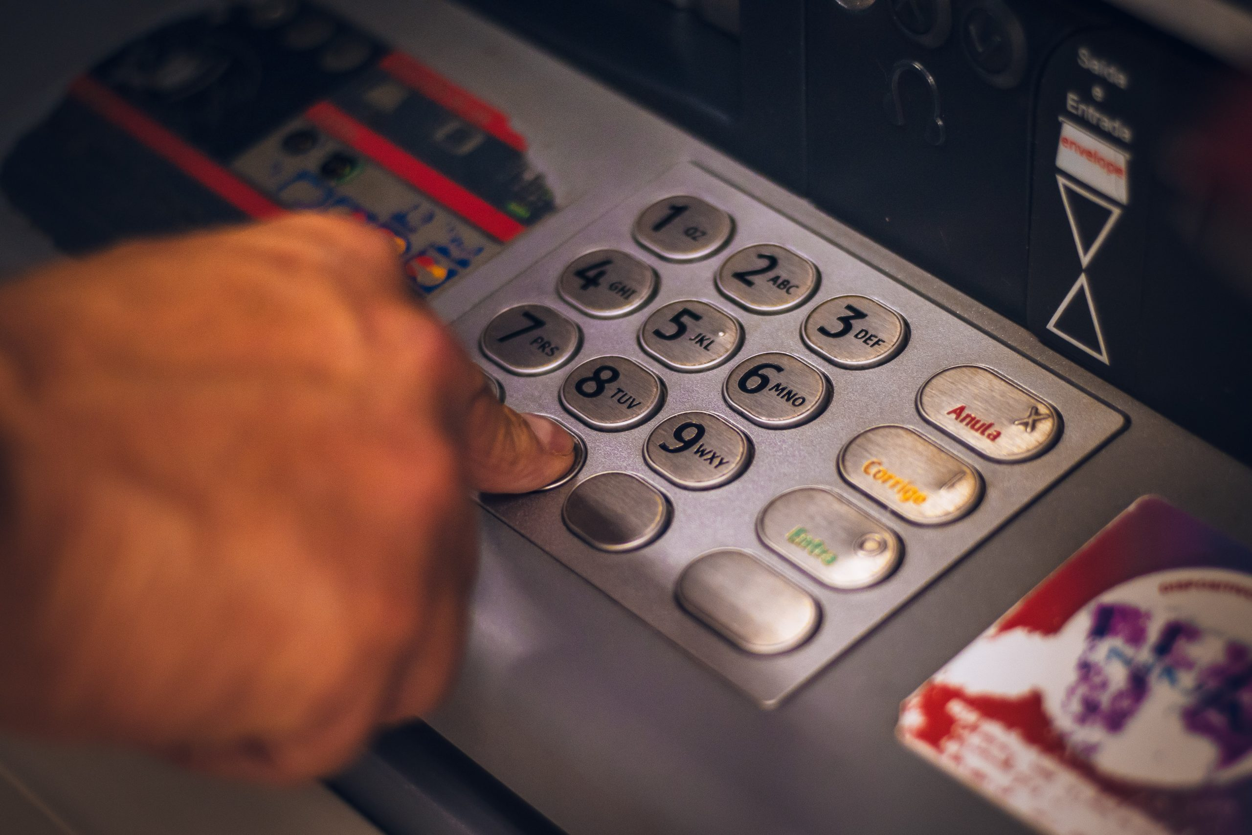 Ce se întâmplă dacă îți uiți banii în bancomat. Cum îți recuperezi suma pierdută