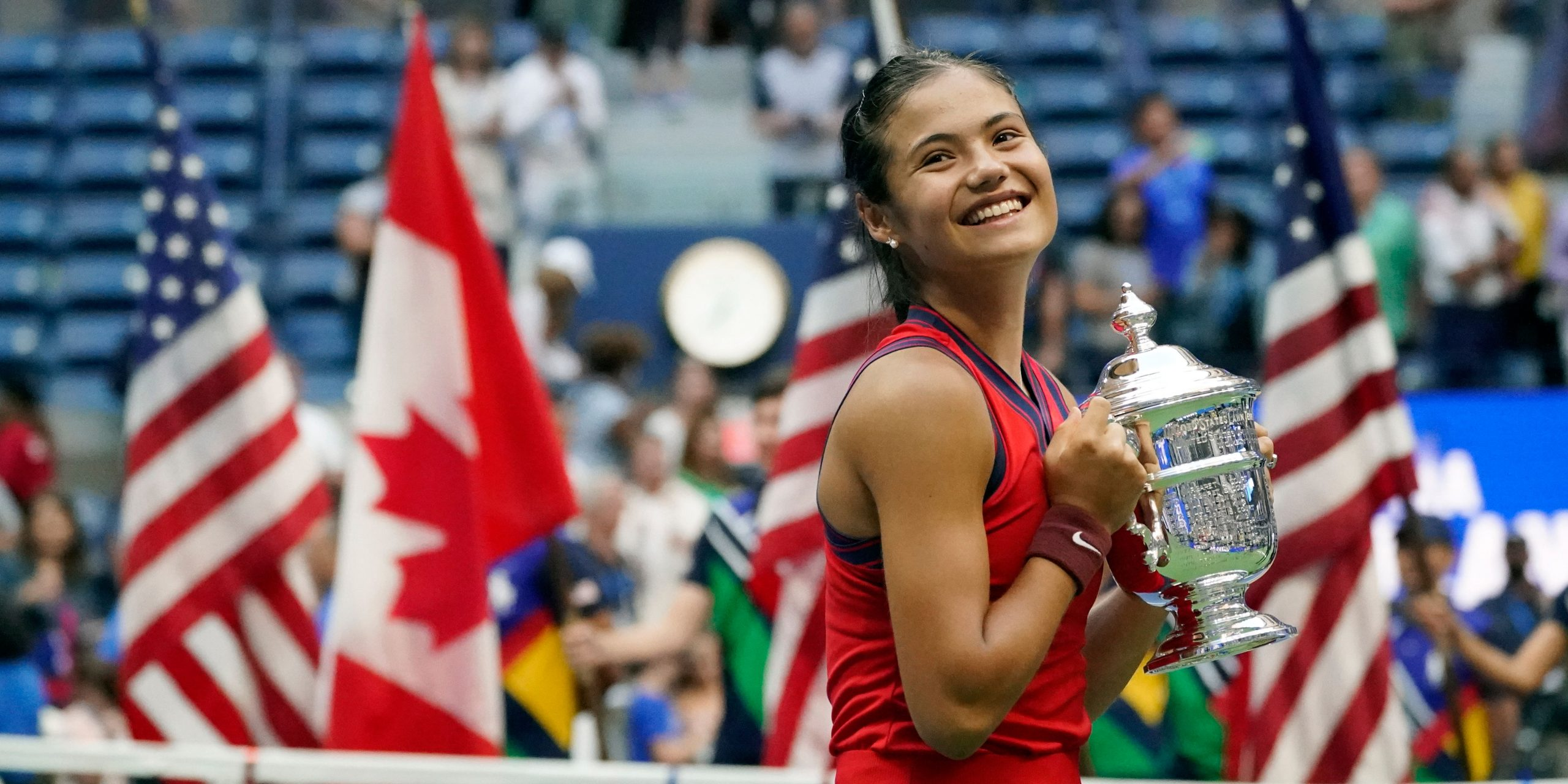 Emma Răducanu scrie istorie. Jucătoarea britanică de origine română a cucerit trofeul de la US Open la doar 18 ani și a doborât o serie de recorduri