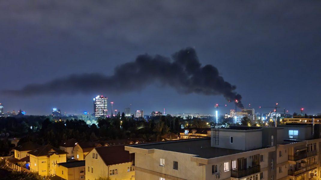 Incendiu violent pe terasa unui bloc din Capitală. La fața locului s-au deplasat 13 echipaje de pompieri | VIDEO