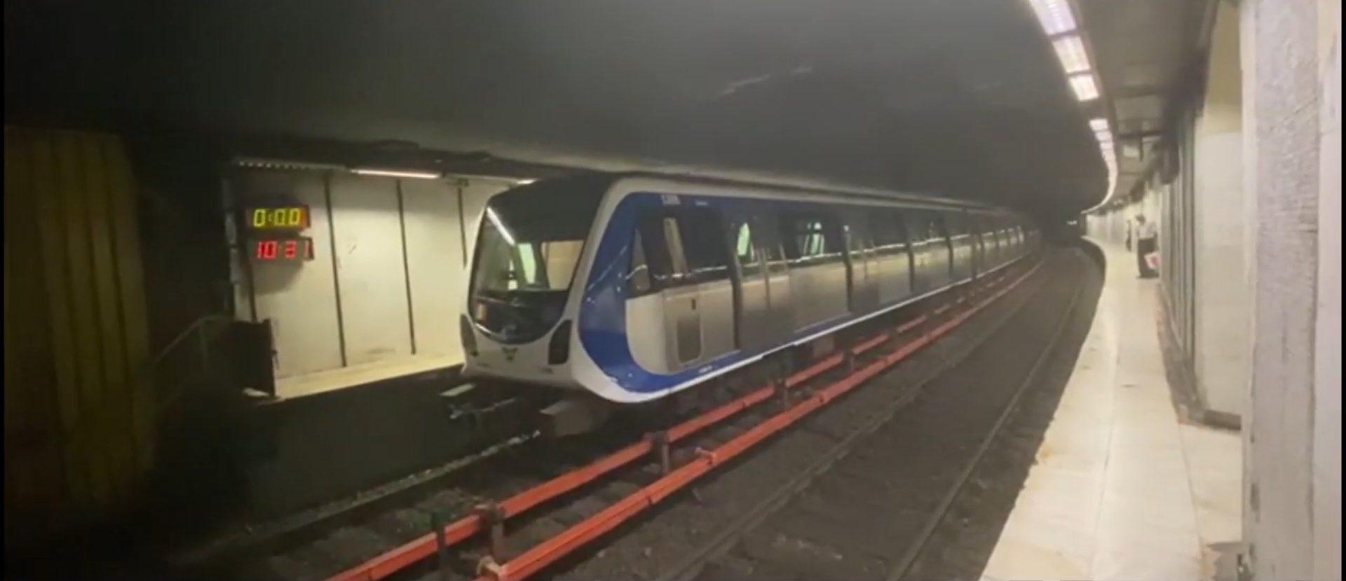 Probleme cu un metrou la Piața Romană. Pasagerii au simțit miros de fum și au fost evacuați