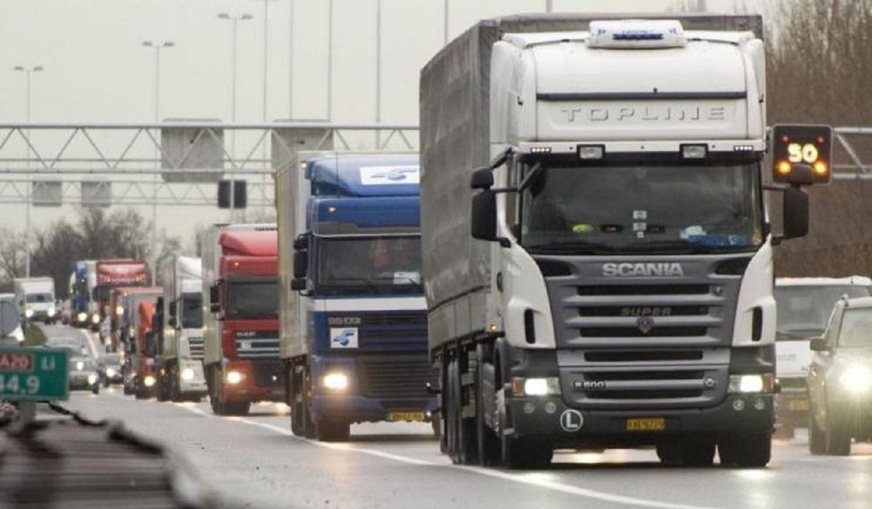 Transportatorii protestează miercuri în fața Guvernului. Vor aduce 100 de capete de tractor