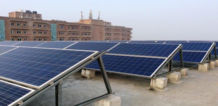 Un bloc din București primește gratuit panouri solare pe acoperiș, într-un proiect pilot. Asociațiile de proprietari din Capitală pot lua parte la inițiativă