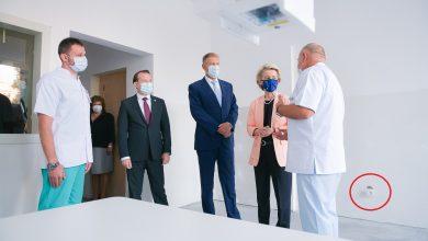Photo of Ce a rămas din vizita Ursulei von der Leyen la București: priza care atârna din perete în poza oficială de la Spitalul Universitar